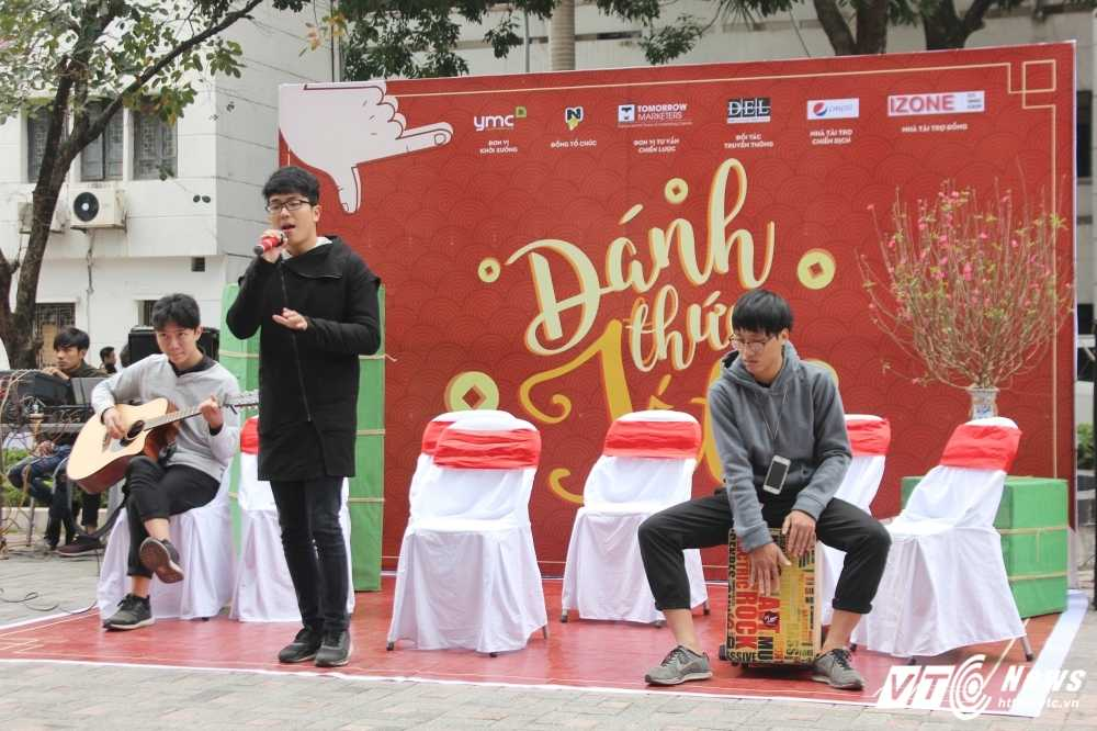 MC Phan Anh, nguoi dep Phung Bao Ngoc Van trong 'vong vay' sinh vien Ngoai thuong cung 'Danh thuc Tet' hinh anh 10