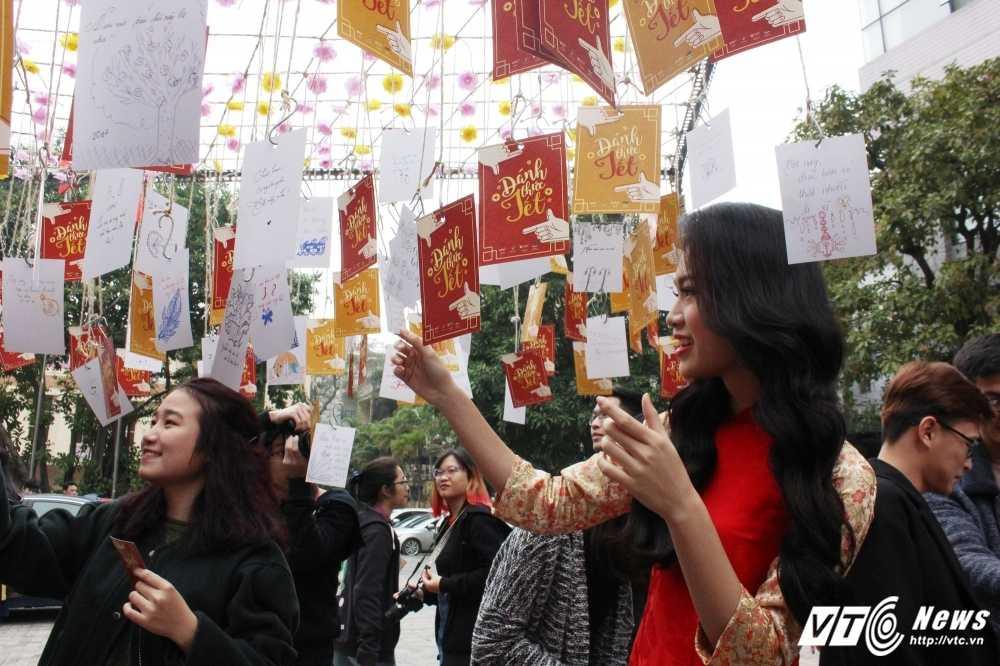 MC Phan Anh, nguoi dep Phung Bao Ngoc Van trong 'vong vay' sinh vien Ngoai thuong cung 'Danh thuc Tet' hinh anh 18