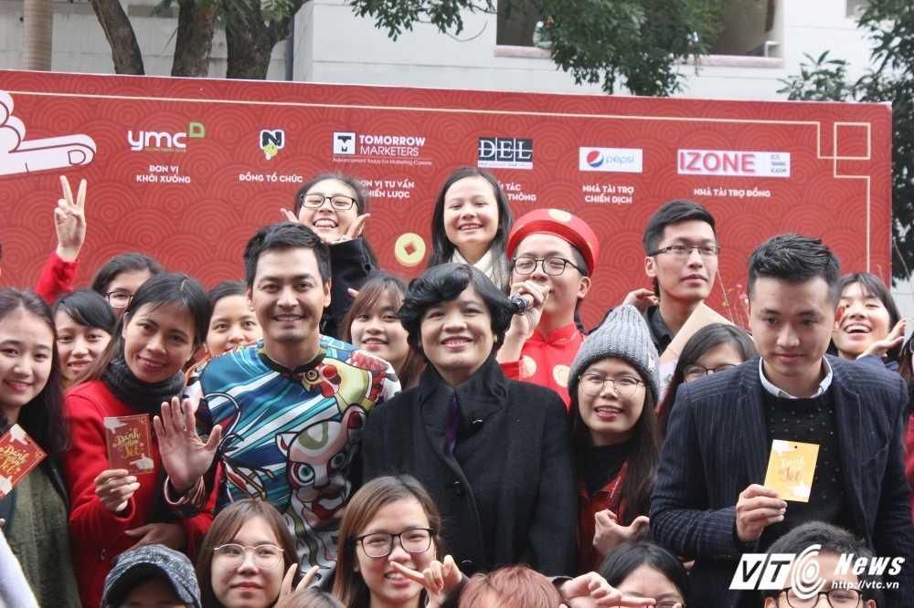 MC Phan Anh, nguoi dep Phung Bao Ngoc Van trong 'vong vay' sinh vien Ngoai thuong cung 'Danh thuc Tet' hinh anh 7