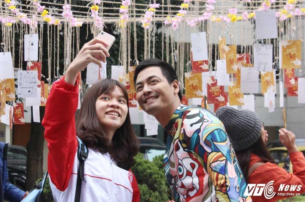 MC Phan Anh, nguoi dep Phung Bao Ngoc Van trong 'vong vay' sinh vien Ngoai thuong cung 'Danh thuc Tet' hinh anh 6