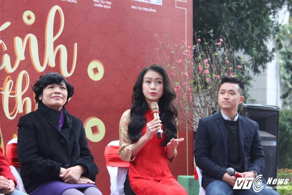 MC Phan Anh, nguoi dep Phung Bao Ngoc Van trong 'vong vay' sinh vien Ngoai thuong cung 'Danh thuc Tet' hinh anh 12