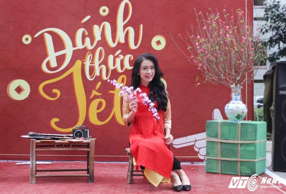 MC Phan Anh, nguoi dep Phung Bao Ngoc Van trong 'vong vay' sinh vien Ngoai thuong cung 'Danh thuc Tet' hinh anh 8