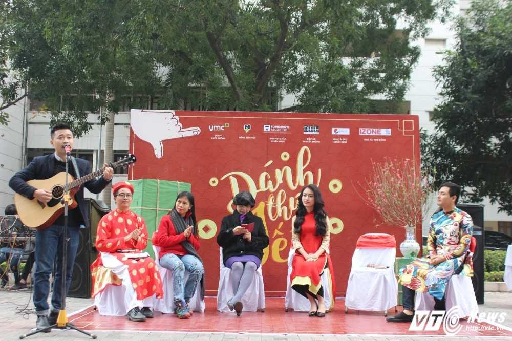 MC Phan Anh, nguoi dep Phung Bao Ngoc Van trong 'vong vay' sinh vien Ngoai thuong cung 'Danh thuc Tet' hinh anh 11