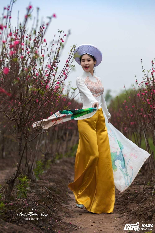 Thieu nu Ha thanh khoe sac tham ben dao Xuan trong bo anh don Tet hinh anh 1