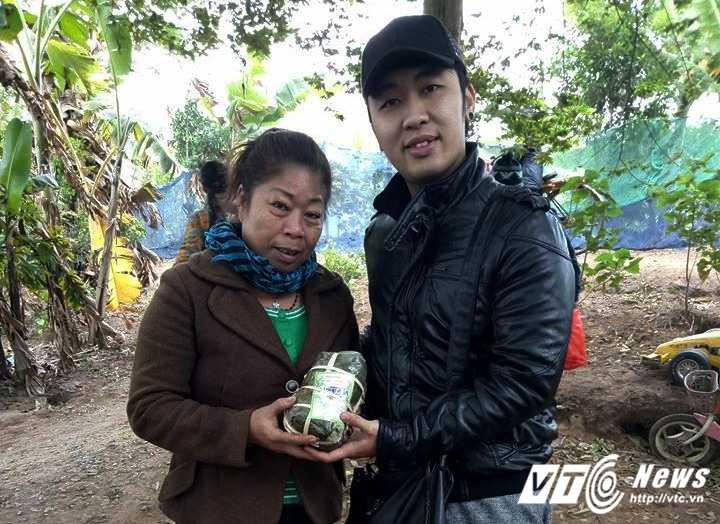 Thieu nu Ha thanh mang Tet am cho dan ngheo bai giua song Hong hinh anh 5