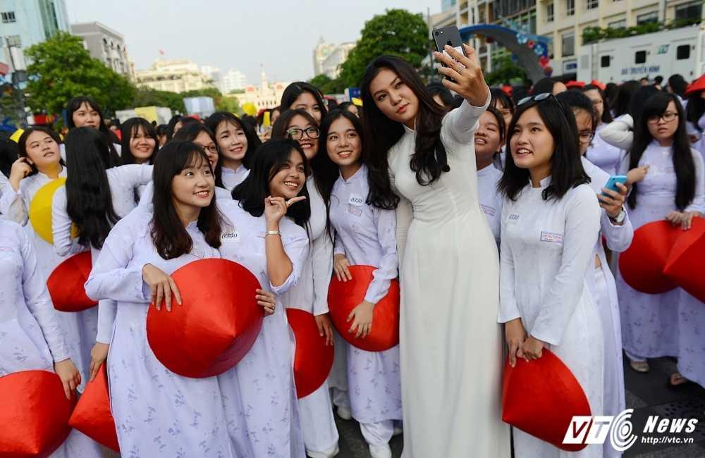 A khoi xinh dep khoe eo thon, dang chuan trong Le hoi ao dai 2017 hinh anh 2