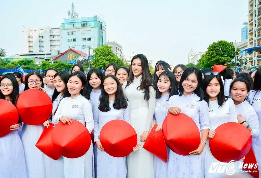 A khoi xinh dep khoe eo thon, dang chuan trong Le hoi ao dai 2017 hinh anh 1