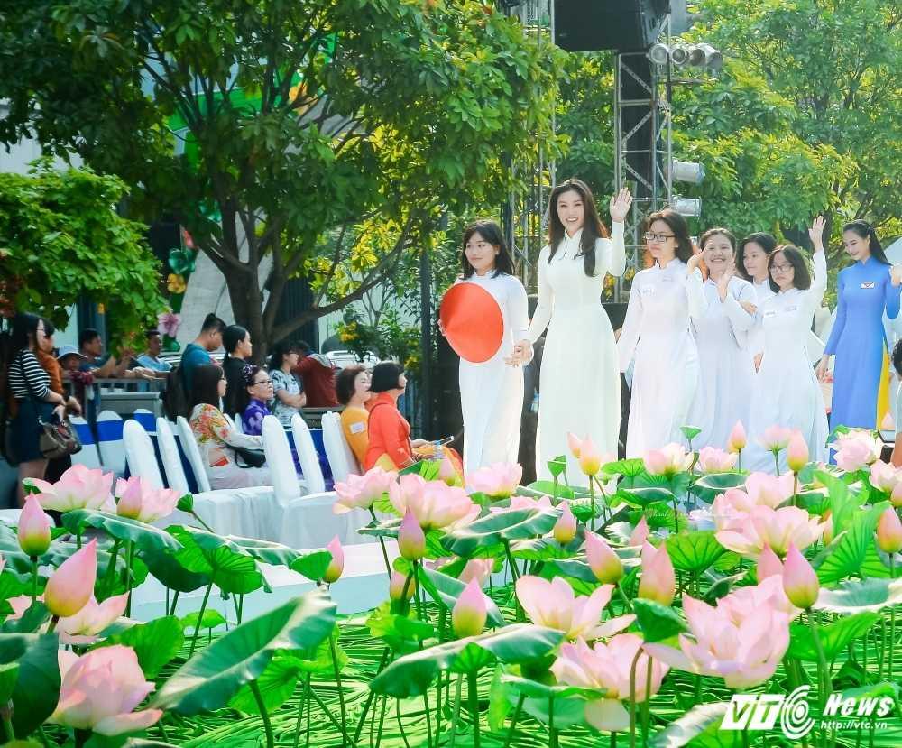 A khoi xinh dep khoe eo thon, dang chuan trong Le hoi ao dai 2017 hinh anh 8