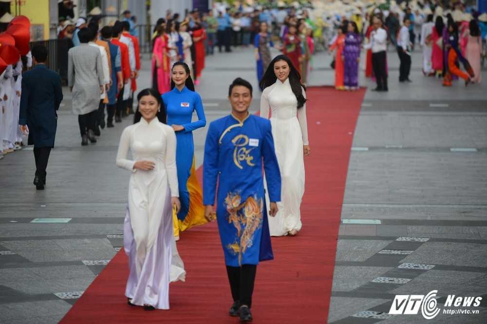 A khoi xinh dep khoe eo thon, dang chuan trong Le hoi ao dai 2017 hinh anh 9