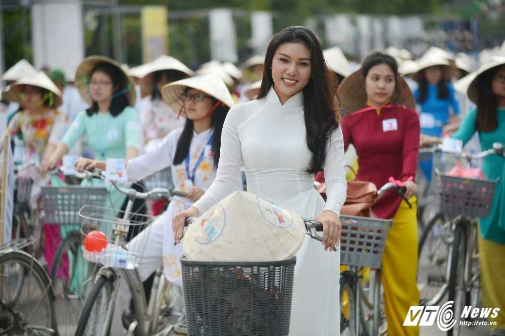 A khoi xinh dep khoe eo thon, dang chuan trong Le hoi ao dai 2017 hinh anh 13