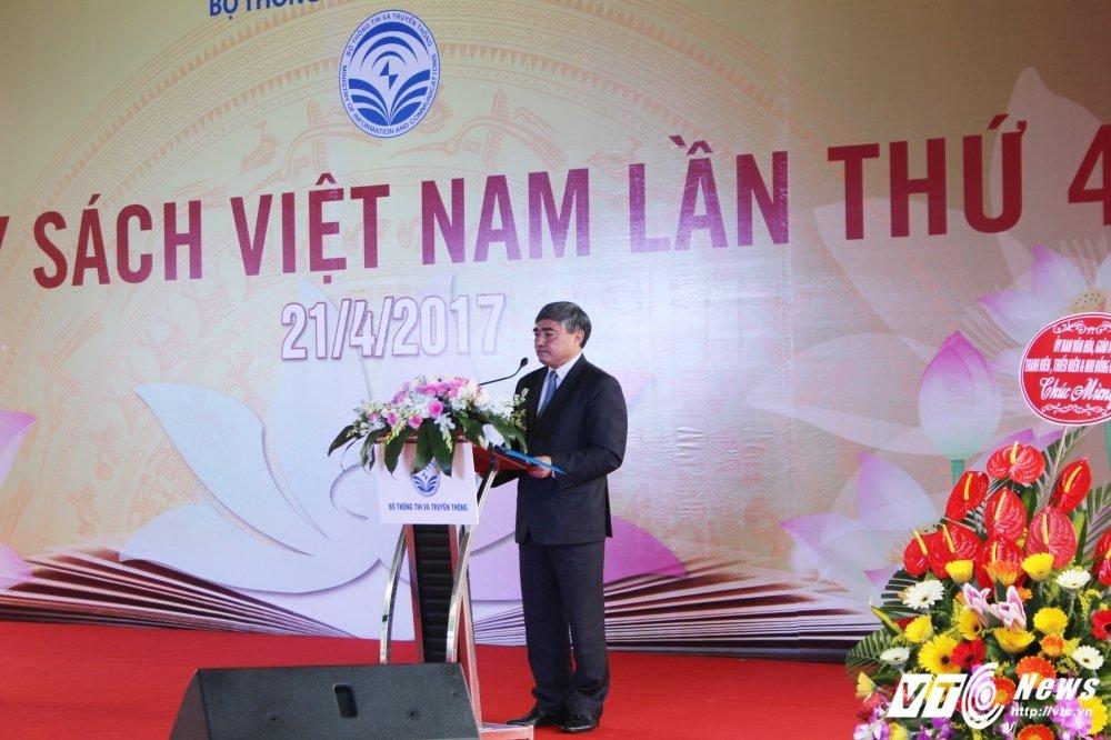 Sinh vien Thu do chen chan tim sach quy trong 'Hoi sach Viet Nam lan thu 4' hinh anh 1