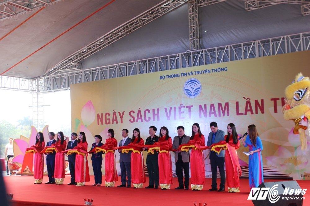 Sinh vien Thu do chen chan tim sach quy trong 'Hoi sach Viet Nam lan thu 4' hinh anh 2