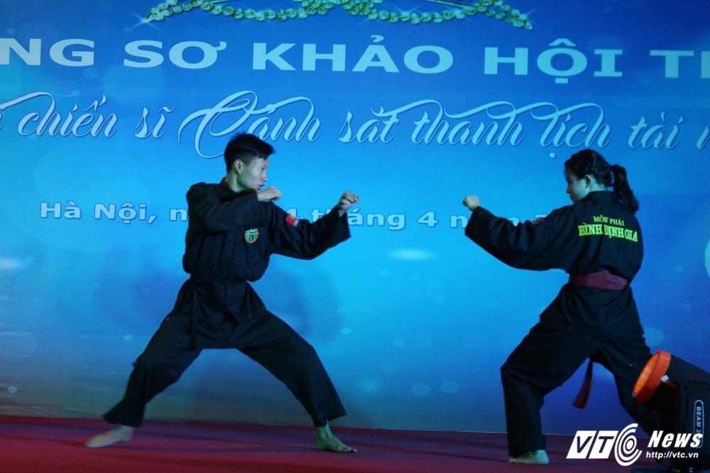 Nu sinh canh sat bieu dien vo Binh Dinh tren san khau tai nang hinh anh 1