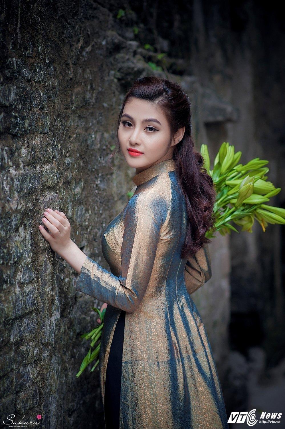 Hot girl xu Thanh xinh dep, khoe dang chuan trong ta ao dai van nguoi me hinh anh 1