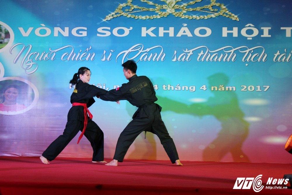 Nu sinh canh sat bieu dien vo Binh Dinh tren san khau tai nang hinh anh 3