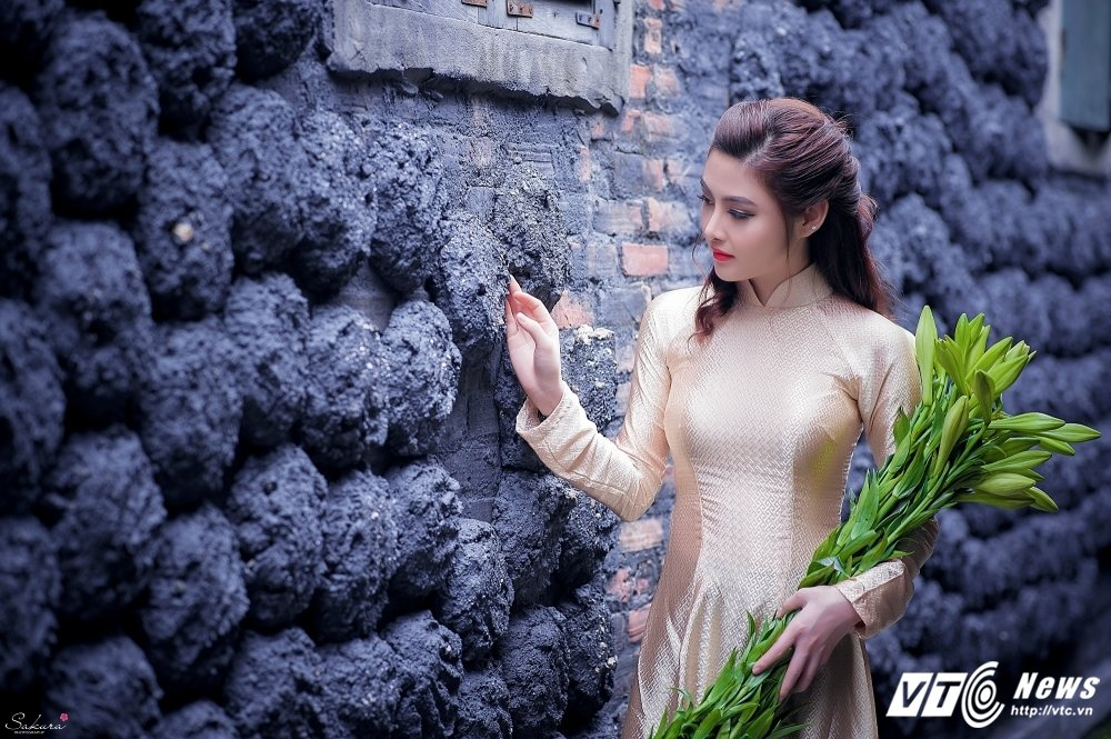 Hot girl xu Thanh xinh dep, khoe dang chuan trong ta ao dai van nguoi me hinh anh 12