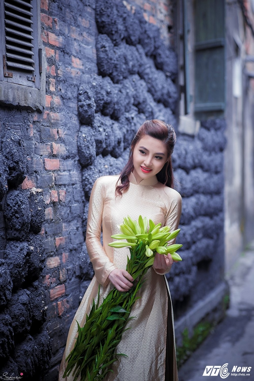 Hot girl xu Thanh xinh dep, khoe dang chuan trong ta ao dai van nguoi me hinh anh 2