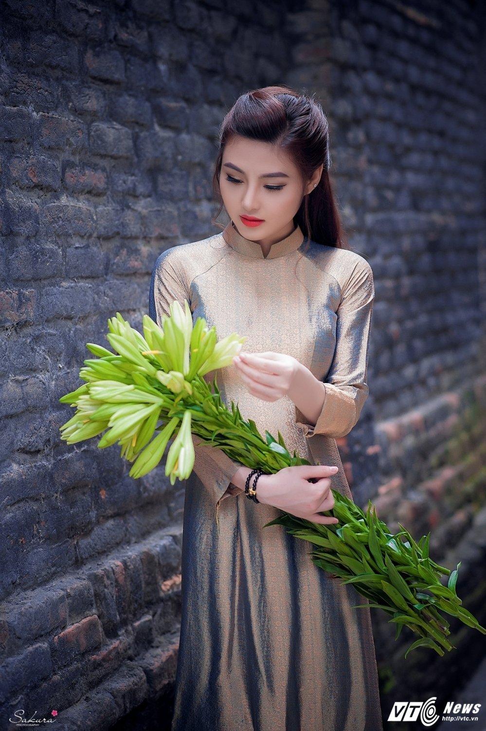 Hot girl xu Thanh xinh dep, khoe dang chuan trong ta ao dai van nguoi me hinh anh 5