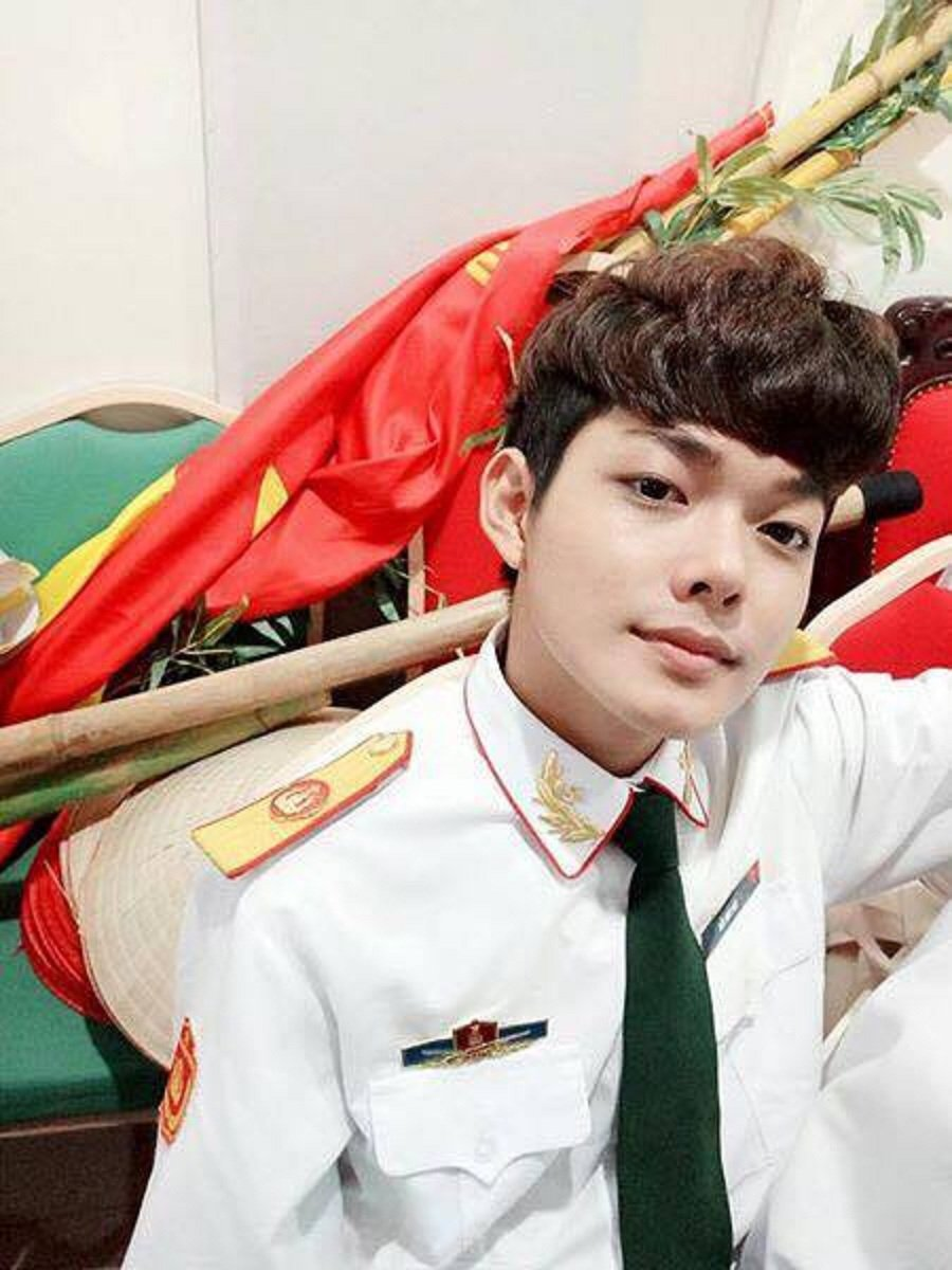Hot boy DH Van hoa - Nghe thuat Quan doi gay sot khi cover ngot lim 'Nguoi ve tham que' hinh anh 3