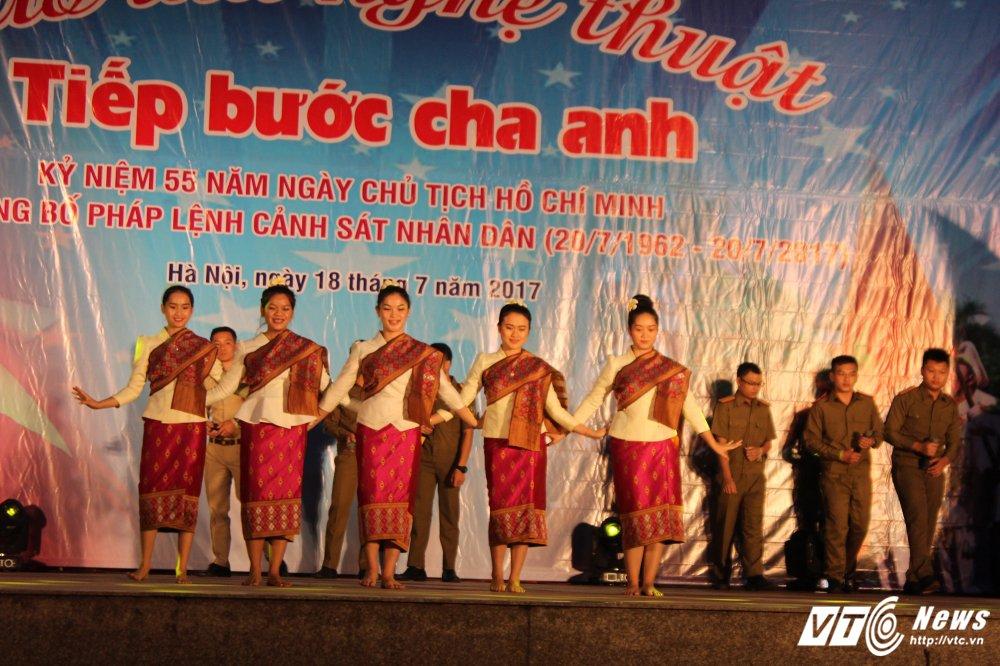 Thieu nu Lao mua Cham pa say long nguoi hinh anh 1