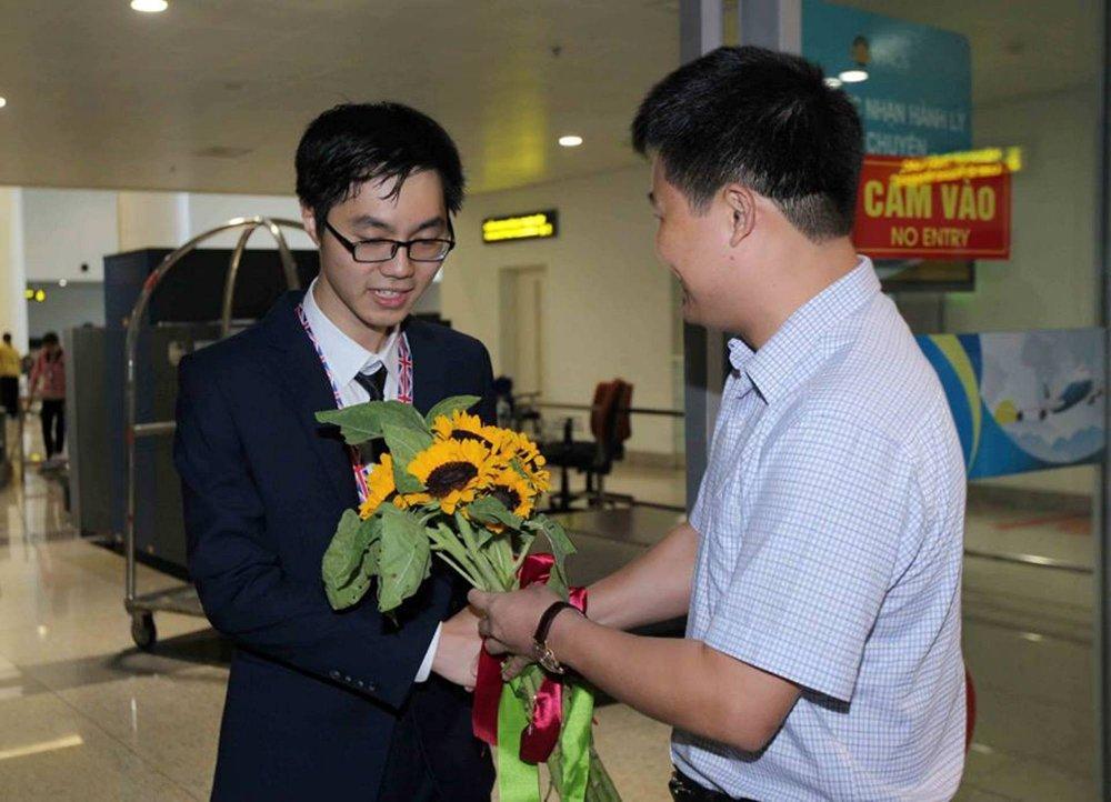 'Chang trai Vang' Olympic Sinh hoc Quoc te me loai khung long hinh anh 1