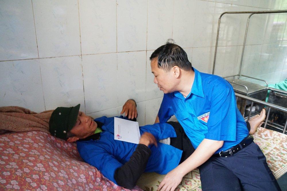 Bi thu Trung uong Doan tham hoi, tang qua nguoi dan Yen Bai sau dot lu quet hinh anh 4