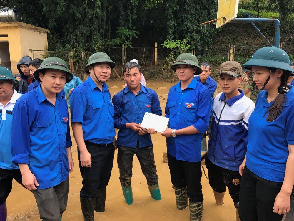 Bi thu Trung uong Doan tham hoi, tang qua nguoi dan Yen Bai sau dot lu quet hinh anh 2