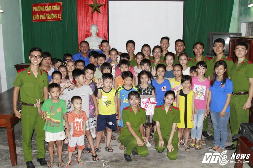 Sinh vien Hoc vien Canh sat day tieng Anh mien phi cho tre em ngheo Quang Nam hinh anh 15