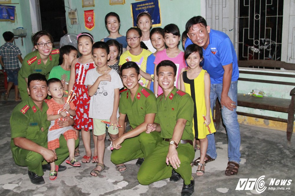 Sinh vien Hoc vien Canh sat day tieng Anh mien phi cho tre em ngheo Quang Nam hinh anh 16