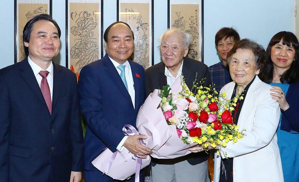 Thu tuong Nguyen Xuan Phuc tham nhung nha giao noi tieng Viet Nam trong ngay 20/11 hinh anh 2
