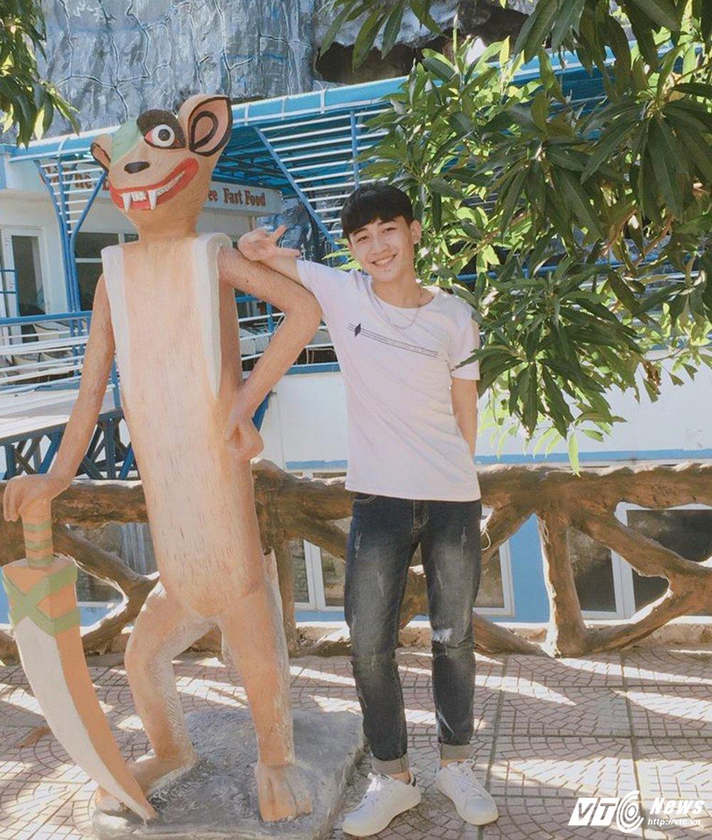 Nam sinh dien trai DH Noi vu tiep tuc gay 'bao mang' voi ban cover moi hinh anh 2