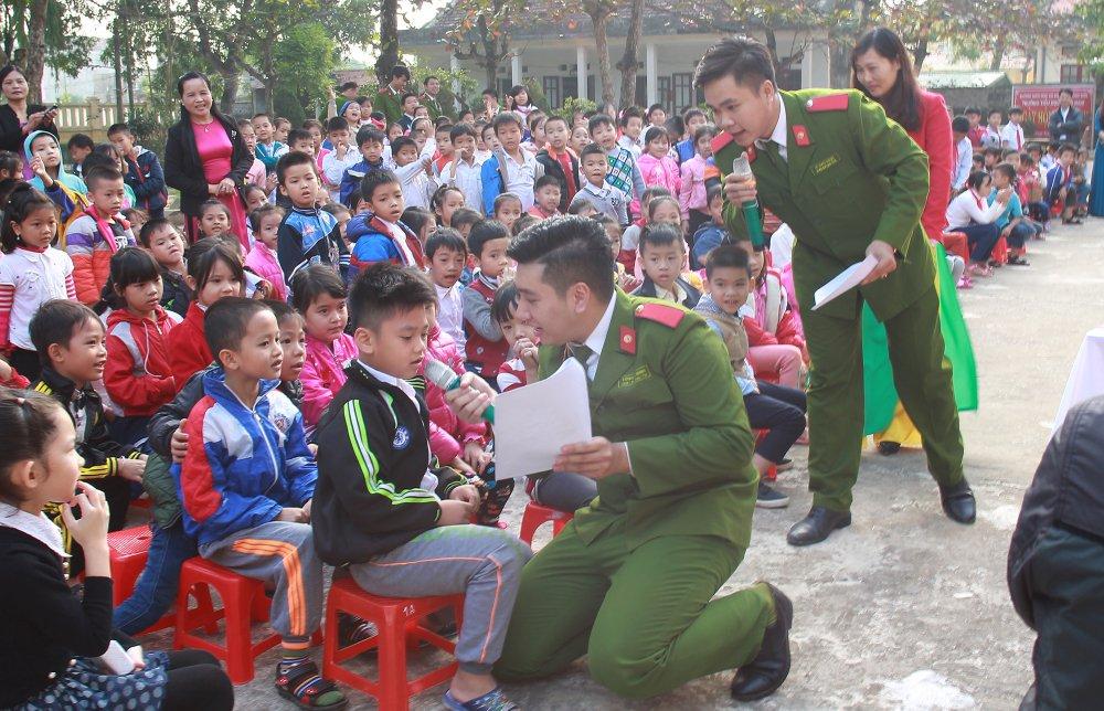 Nam sinh canh sat xuong truong huong dan luat giao thong cho hoc sinh Thanh Hoa hinh anh 4
