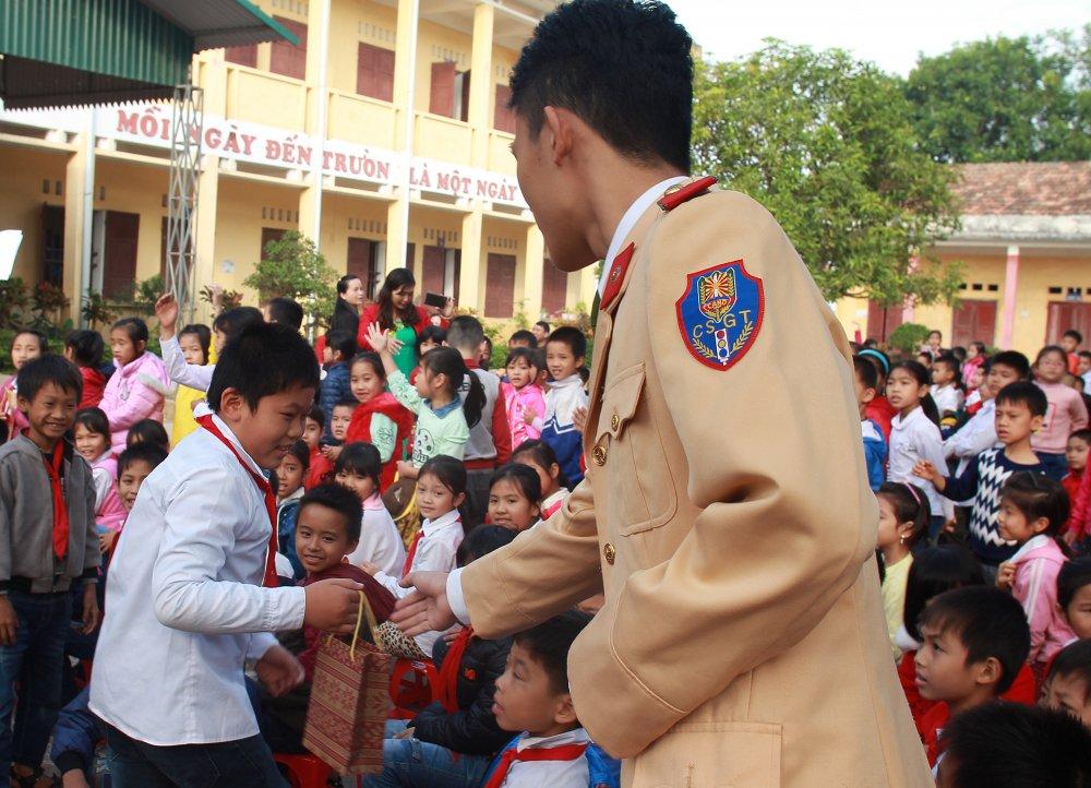 Nam sinh canh sat xuong truong huong dan luat giao thong cho hoc sinh Thanh Hoa hinh anh 6