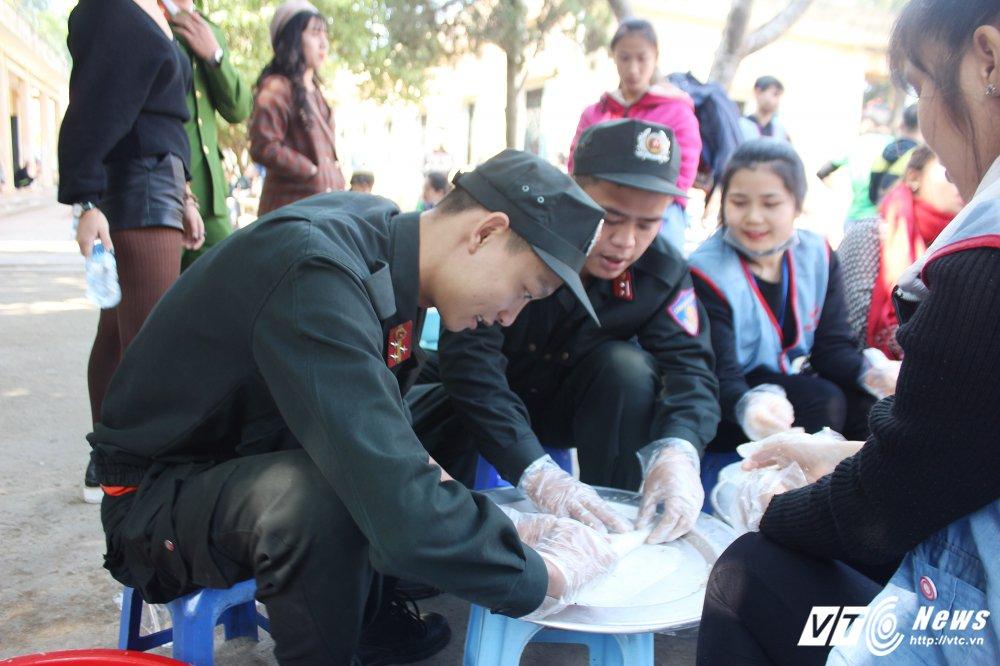 Chien sy canh sat co dong Ha Noi mang yeu thuong den voi so phan thiet thoi hinh anh 6