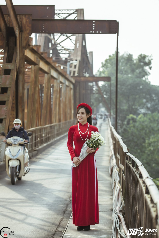 'Ban sao' Angela Phuong Trinh khoe sac trong bo anh ruc ro ben cau Long Bien hinh anh 2