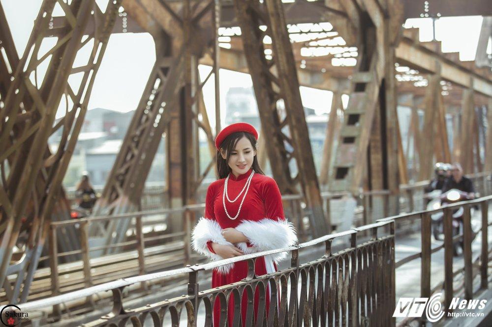 'Ban sao' Angela Phuong Trinh khoe sac trong bo anh ruc ro ben cau Long Bien hinh anh 9