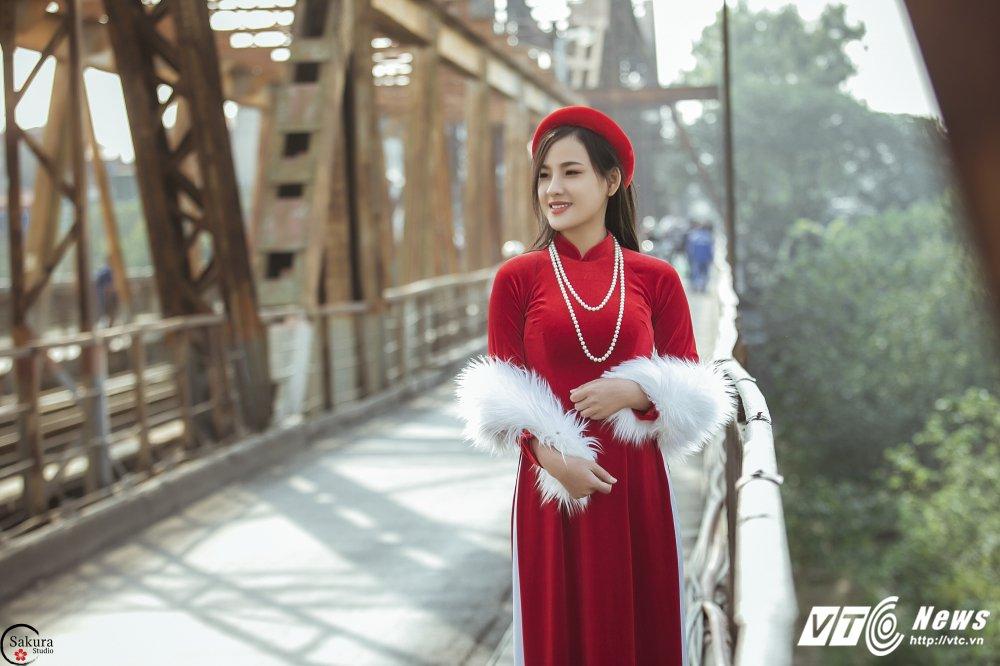 'Ban sao' Angela Phuong Trinh khoe sac trong bo anh ruc ro ben cau Long Bien hinh anh 10