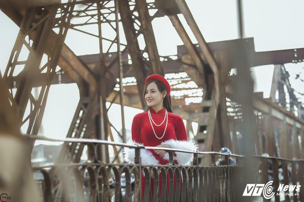 'Ban sao' Angela Phuong Trinh khoe sac trong bo anh ruc ro ben cau Long Bien hinh anh 12