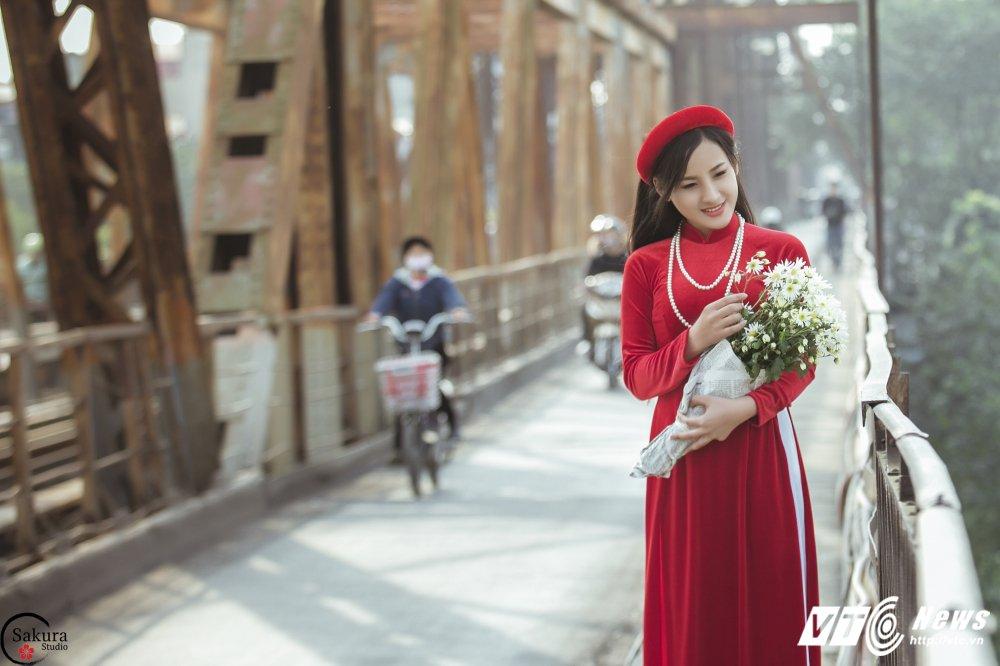 'Ban sao' Angela Phuong Trinh khoe sac trong bo anh ruc ro ben cau Long Bien hinh anh 3