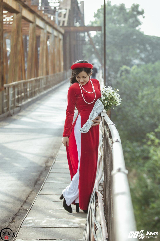 'Ban sao' Angela Phuong Trinh khoe sac trong bo anh ruc ro ben cau Long Bien hinh anh 4