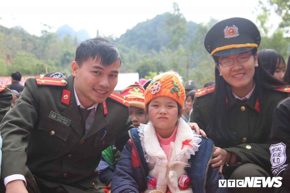 Chien sy cong an vuot deo doc trao qua cho hoc sinh ngheo Lang Son hinh anh 16