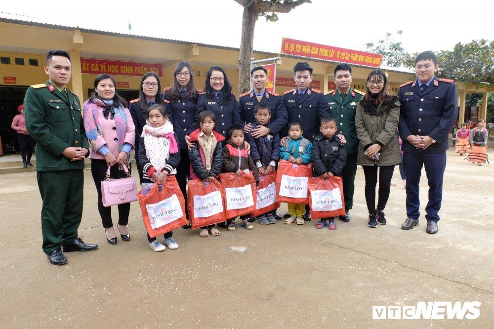 Phù Yên: Sinh viên Đại học Kiểm sát mang Tết ấm đến với học sinh nghèo