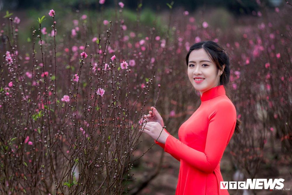 Hot girl Dai hoc Kiem sat Ha Noi khoe sac tham ben hoa dao ngay Xuan hinh anh 1
