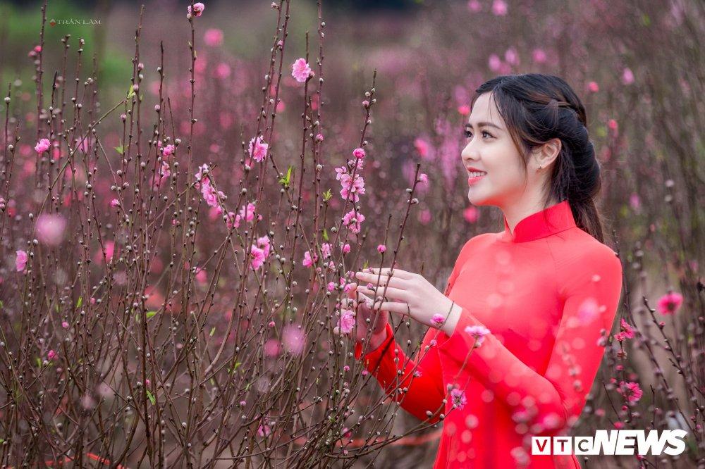 Hot girl Dai hoc Kiem sat Ha Noi khoe sac tham ben hoa dao ngay Xuan hinh anh 5
