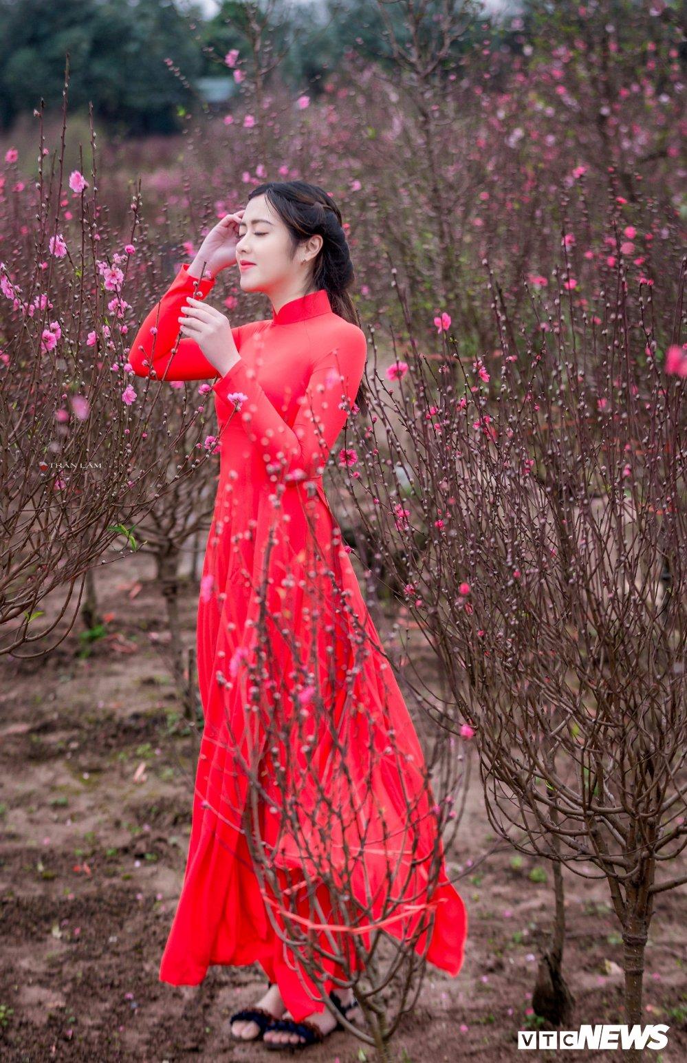 Hot girl Dai hoc Kiem sat Ha Noi khoe sac tham ben hoa dao ngay Xuan hinh anh 11