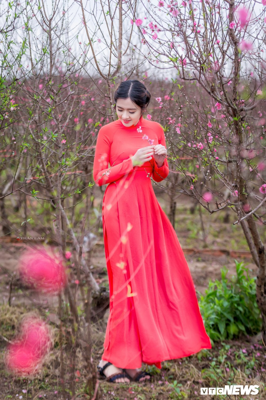 Hot girl Dai hoc Kiem sat Ha Noi khoe sac tham ben hoa dao ngay Xuan hinh anh 12
