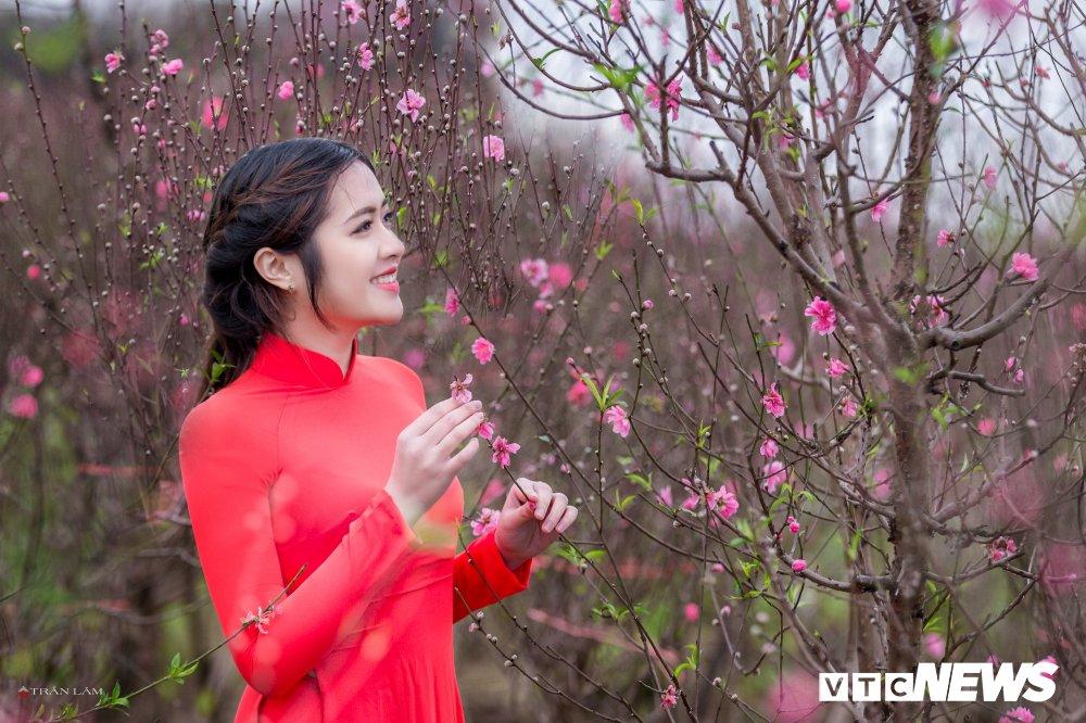 Hot girl Dai hoc Kiem sat Ha Noi khoe sac tham ben hoa dao ngay Xuan hinh anh 7