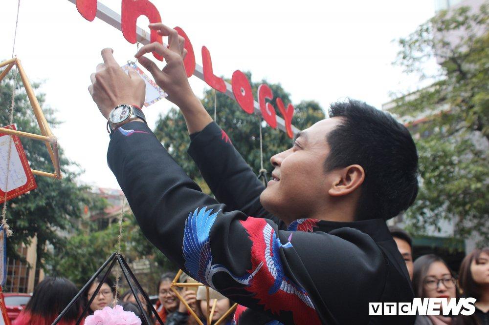 'Ong trum Phan Quan', Luong Bong trong 'vong vay' cua sinh vien Ngoai thuong hinh anh 13