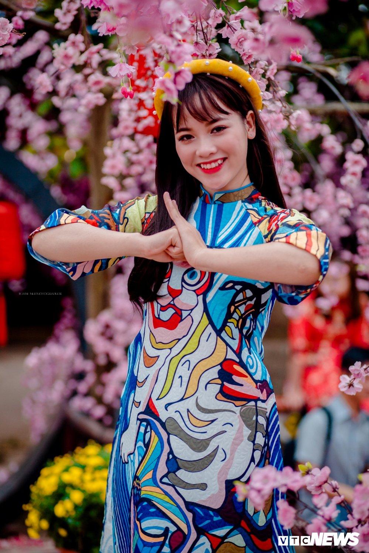 'Hot girl rang khenh' xu Tuyen rang ro trong bo anh don Xuan hinh anh 1