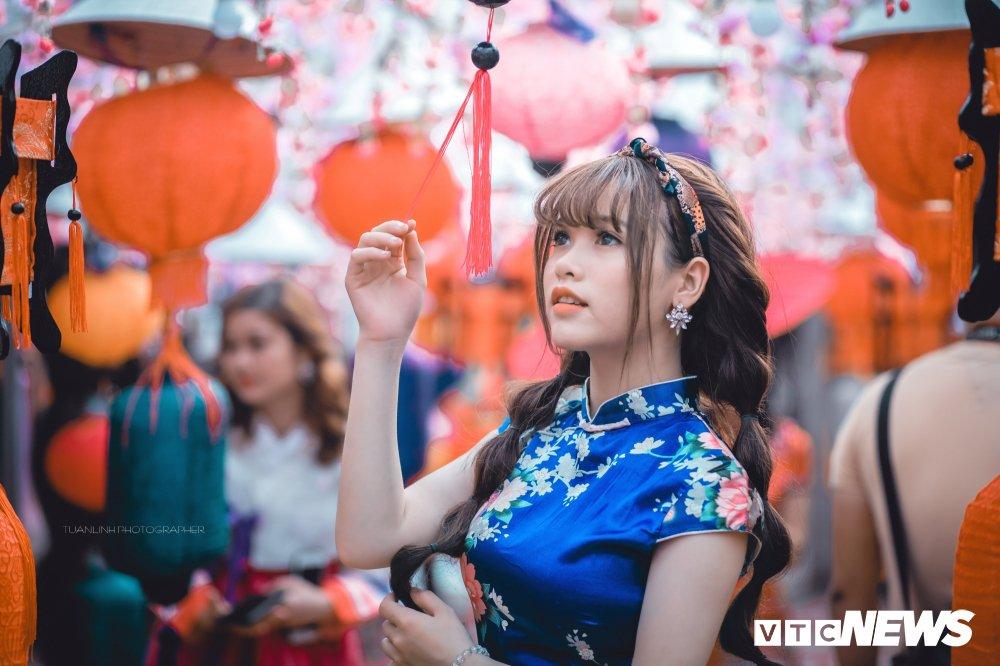 'Hot girl rang khenh' xu Tuyen rang ro trong bo anh don Xuan hinh anh 12